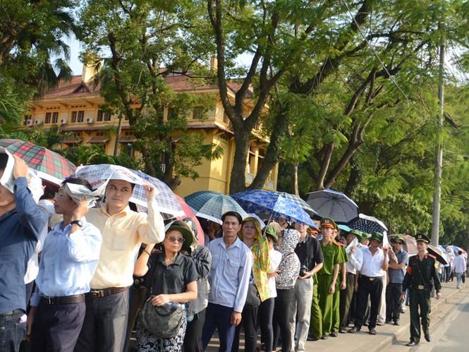 Chiều nay 9/10 người dân vẫn xếp hàng dài chờ được vào viếng Đại tướng Võ Nguyên Giáp