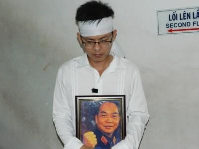 Nguyễn Đình Phương ôm di ảnh Đại tướng Võ Nguyên Giáp ra ga Sài Gòn cho kịp chuyến tàu khởi hành lúc 12 giờ. Ảnh: Huy Thịnh