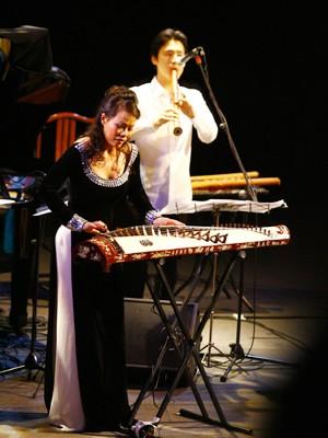 Võ Vân Ánh trình diễn cùng các nghệ sĩ Nhật Bản tại Hà Nội hồi tháng 1             Ảnh: Hồng Vĩnh