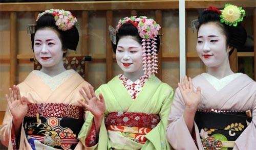 Ngắm các nữ sinh geisha Nhật xuống phố - ảnh 2