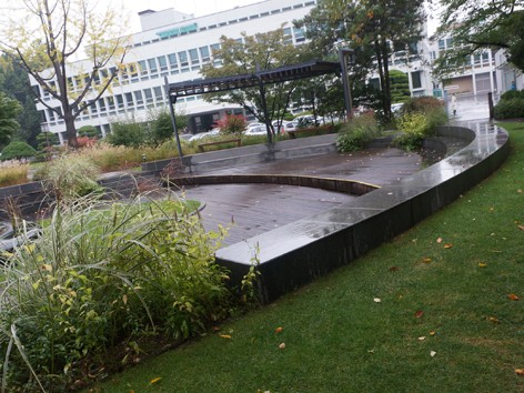 Khu vườn nằm phía trước tòa nhà 3 tầng nơi các viên chức Nhà Xanh làm việc hằng ngày