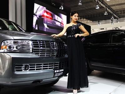 Li Jingning hiện đang là nữ sinh của trường ĐH Trường An (Trung Quốc). Trong những ngày nghỉ lễ đầu tháng 10 vừa qua, cô được nhận vào làm người mẫu bán thời gian cho một nhãn hàng xe hơi tại triển lãm ở thành phố Tây An (thủ phủ tỉnh Thiểm Tây, TQ)