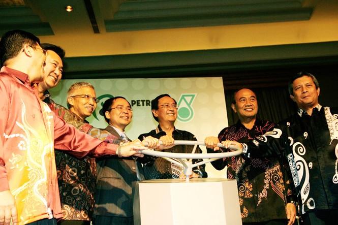 Lễ Công bố khai thác dòng dầu đầu tiên Mỏ SK305 - ngoài khơi Malaysia của TCT Thăm dò Khai thác Dầu khí ngày 2-8-2010 Ảnh: Xuân Trung