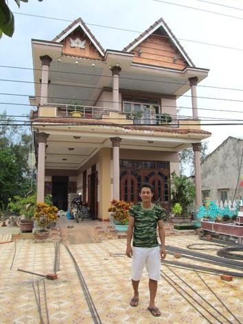 Anh Trần Công Vương trước ngôi nhà lớn