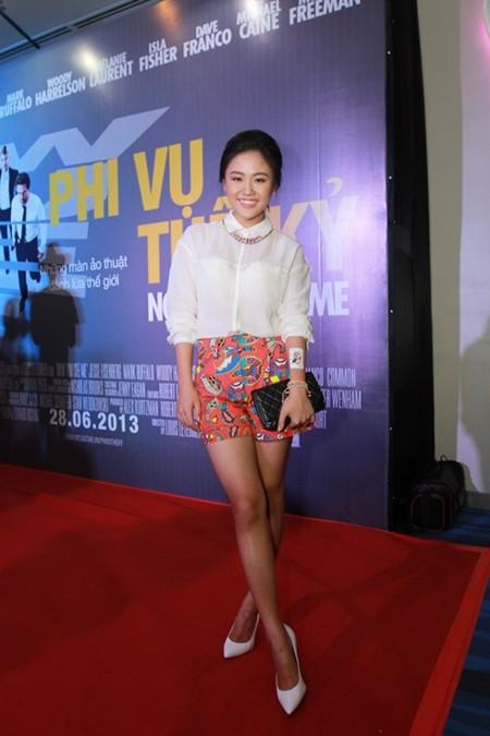 Ca sĩ trẻ Văn Mai Hương cũng đã nhanh chóng cập nhật xu hướng họa tiết với quần soóc nổi bật,  áo sơ mi trắng, giày cao gót cùng tông màu và clutch cầm tay nhỏ gọn màu đen