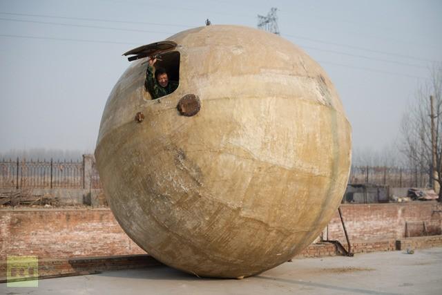 """Ngày 21 12 2012, cả thế giới xôn xao """"ngày tận thế"""". Nhiều """"công trình"""" đã được phát minh để tránh ngày tận thế như quả cầu thế ở Trung Quốc, hầm tránh bom ở Mỹ… Trước đó, NASA tuyên bố rằng, thế giới không kết thúc vào ngày 21 12 2012"""