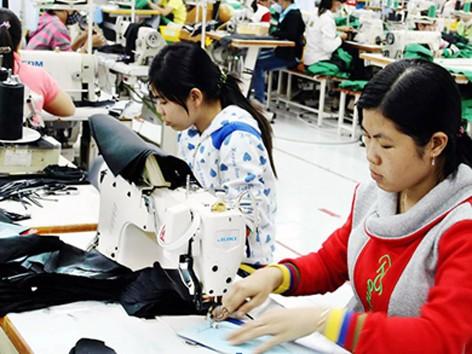 Sản xuất hàng gia dụng quần áo tại công ty May Tiến Thuận. Ảnh Văn Miên