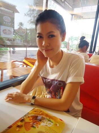 Nữ tiếp viên gốc Việt Đặng Thị Hiệp, tên tiếng Lào là Nakesone Phonath.