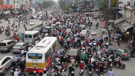 Quang cảnh giao thông trên đường Giảng Võ và ngã tư Giảng Võ giao với đường La Thành lúc 17h20 chiều 6 - 3