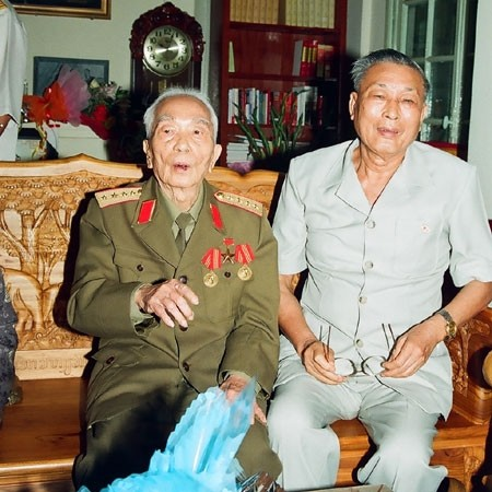 ...và với Trung tướng Đồng Sĩ Nguyên, nguyên Tư lệnh Đoàn 559