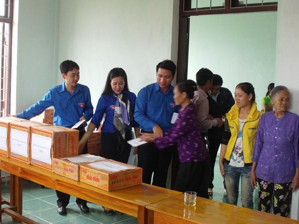Trao tặng mỳ tôm và tiền mặt cho đồng bào tại Ủy ban xã Cao Quảng