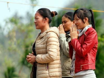 Những người dân đất Việt vẫn ngày ngày về viếng Đại tướng ở Vũng Chùa - Đảo Yến. Ảnh: Nguyễn Đông
