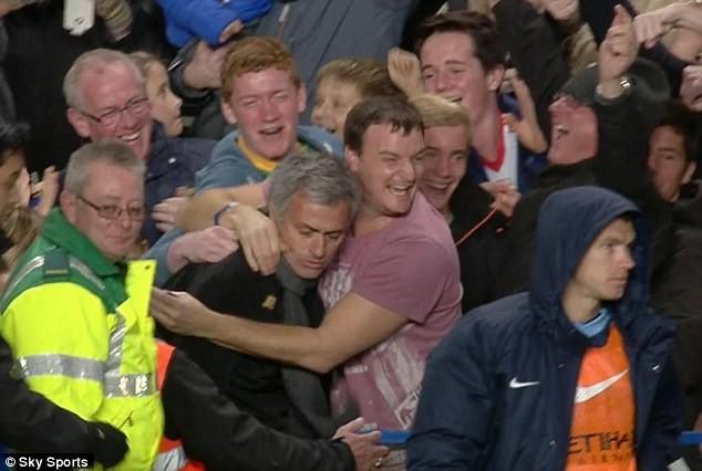 Mourinho lao lên khán đài ăn mừng cùng người hâm mộ. Ảnh: Sky Sports