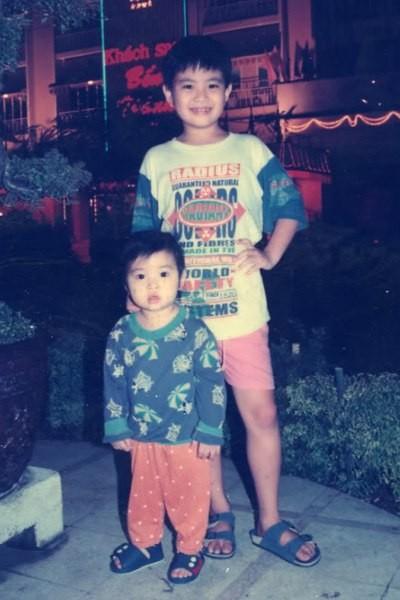 Wanbi Tuấn Anh tên thật là Nguyễn Tuấn Anh, sinh ngày 9/1/1987. Từ nhỏ anh là cậu bé hay cười nghịch ngợm. Bức ảnh chụp Tuấn Anh bên em gái