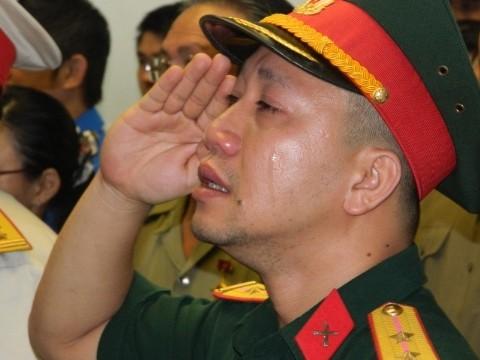 Trung úy Nguyễn Trung Học chào vĩnh biệt đại tướng Võ Nguyên Giáp từ TPHCM. Ảnh: Huy Thịnh - Trọng Thịnh