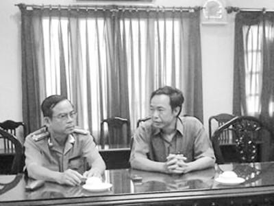 TBT Báo Người Lao Động (phải) trao đổi với Thượng tá Phạm Hữu Châu, Chánh Văn phòng Công an tỉnh Long An             về vụ án sát hại nhà báo Hoàng Hùng, sáng 21-2. Ảnh: Lê Cường