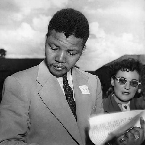 Năm 1951: Ông Mandela với tư cách là một luật sự và nhà hoạt động chống chủ nghĩa phân biệt chủng tộc tham dự một hội nghị của Đảng Đại hội Dân tộc Phi (ANC). (Nguồn: Getty)