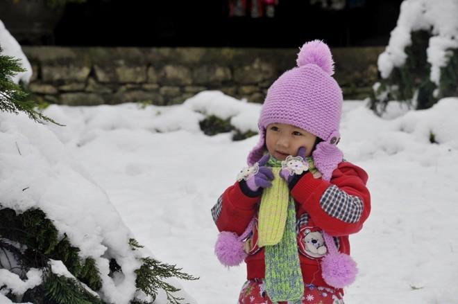 Rất nhiều em nhỏ cũng được bố mẹ đưa lên Sa Pa, dù thời tiết những ngày này khá khắc nghiệt             Bài viết: http://news.zing.vn/Khach-du-lich-do-xo-len-Sa-Pa-trong-tuyet-trang-post377656.html#home_featured.noibat             Nguồn Zing News