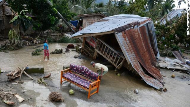 Cơn bão Bopha tàn phá Philippines hôm 7- 12- 2012 khiến hơn 1.000 người thiệt mạng và khoảng 1,2 triệu người mất nhà cửa. Thiệt hại do cơn bão gây ra lên tới hàng hơn 400 triệu USD
