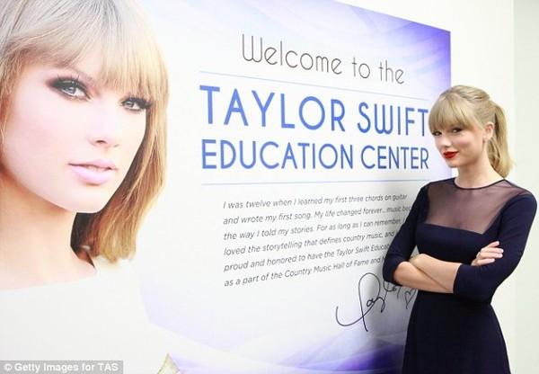 Taylor Swift bất ngờ vì được khắc tên trên cánh đồng - ảnh 3