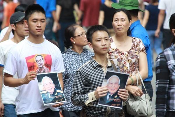 Di ảnh của Đại tướng được người dân ôm đi khắp phố