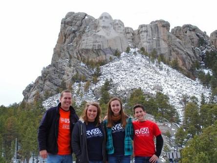 Cả gia đình chụp ảnh lưu niệm ở bang núi Rushmore, bang South Dakota. Ảnh: Caters News Agency