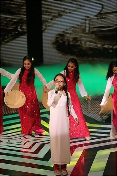 Khi quán quân Quang Anh và các bạn trở lại trường học với bạn bè thì Phương Mỹ Chi liên tục lên báo quảng bá cho những show diễn của mình