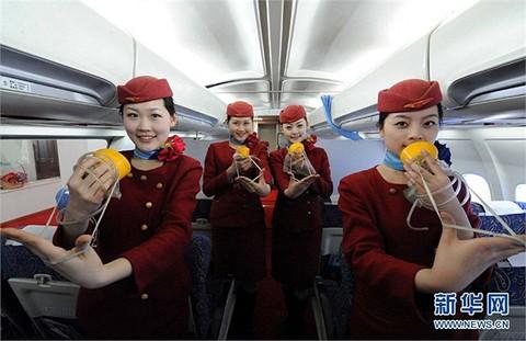 Những nữ học viên tập hướng dẫn hành khách đeo mặt nạ oxy trong mô hình máy bay
