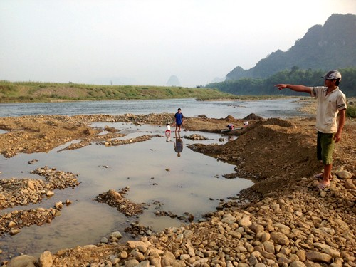 Khu vực doanh nghiệp lợi dụng việc khai thác cát sỏi để đào bới tìm kiếm vàng