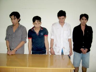 Các đối tượng bị tạm bị bắt giữ tại cơ quan công an. Từ trái qua Trần Văn Phương, Trần Trọng Triều, Lê Nhất Thịnh, Nguyễn Hoàng Đang tại cơ quan công an