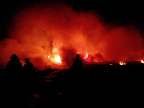Cả khu nhà xưởng chìm trong biển lửa