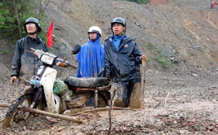 Khiêng xe qua những đoạn đường lầy là chuyện thường ngày ở Tây Côn Lĩnh (Nguồn ảnh: TTVNOL)
