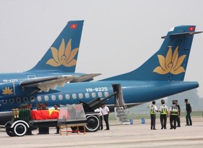 Sáng 10/10, Tổng công ty phối hợp Đội tiêu binh của Ban Tang lễ tập dượt nghi lễ đưa linh cữu lên và xuống máy bay ATR tại Công ty Kỹ thuật máy bay VAECO tại sân bay Nội Bài