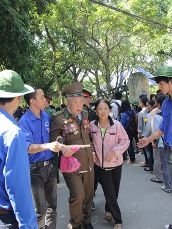 Thanh niên tình nguyện giúp đỡ một cựu chiến binh