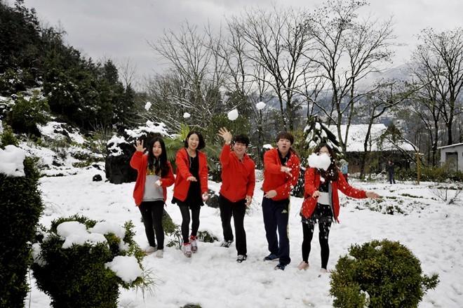Nhóm thanh niên Hàn Quốc thích thú nghịch tuyết             Bài viết: http://news.zing.vn/Khach-du-lich-do-xo-len-Sa-Pa-trong-tuyet-trang-post377656.html#home_featured.noibat             Nguồn Zing News