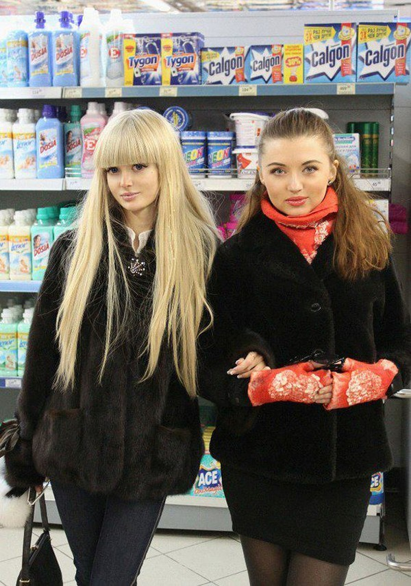 Búp bê Nga giản dị khi mua sắm cùng bạn bè, ngoài việc giống búp bê barbie, cuộc sống của Anzhelika cũng như bao cô gái khác