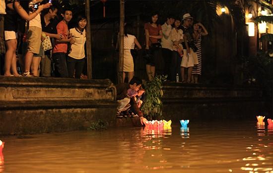Tối 19/09 cũng là đêm trung thu, du khách từ khắp nơi đổ về sông Hoài vui thú với dịch vụ thả hoa đăng, nhưng năm nay du khách không phải xuống thuyền hay đứng trên bờ thả mà đứng ngay trên đường để thả xuống dòng nước lụt
