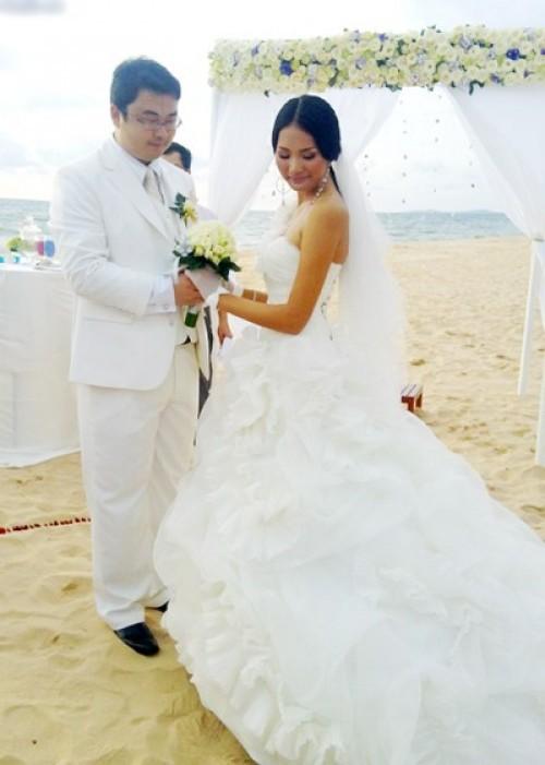Hoa hậu Hương Giang và chú rể người Trung Quốc trong đám cưới ở Phú Quốc năm 2010