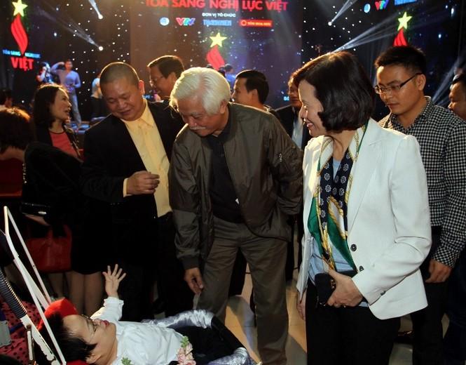 Các đại biểu, diễn giả hỏi thăm, chia sẻ với những tấm gương nghị lực Việt tham gia Lễ phát động tối qua