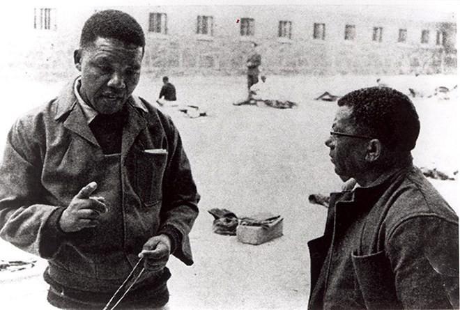 Năm 1966: Mandela và một lãnh đạo khác của ANC Walter Sisulu trong thời gian bị giam giữ ở ĐảoRobben