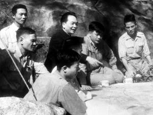 Bộ chỉ huy Chiến dịch Điện Biên Phủ dưới sự chỉ đạo trực tiếp của Đại tướng Võ Nguyên Giáp đang bàn kế hoạch tác chiến từng trận đánh. (Ảnh: Tư liệu/TTXVN)