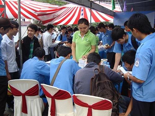 Sinh viên tìm kiếm cơ hội việc làm tại Ngày hội Việc làm Cao Thắng diễn ra ngày 18-10