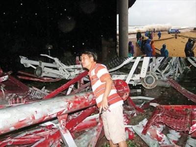 Phóng viên Tiền Phong tại hiện trường vụ ăng ten đổ sụp vì bão số 10. Ảnh: CTV