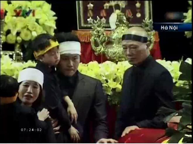 Không kìm được những giọt nước mắt             Bài viết: http://news.zing.vn/Chau-noi-Dai-tuong-lang-nguoi-truoc-linh-cuu-ong-post359956.html#home_featured.noibat             Nguồn Zing News