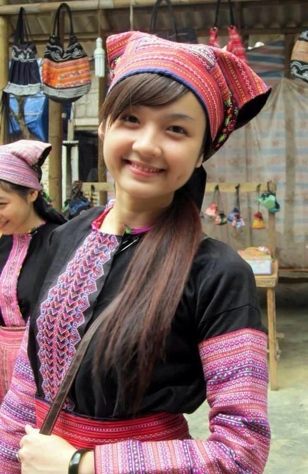 Cô gái đó chính là Trương Thị Ngọc Ánh (19/9/1993), hiện là sinh viên năm 3 ĐH Mỹ thuật công nghiệp, Hà Nội. Những tấm ảnh của Ánh trong trang phục H'Mông gây sốt những ngày qua được chụp trong một đợt trường tổ chức đi thực tế ở Mai Châu, Hòa Bình