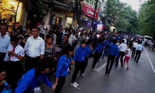 Vẫn còn rất đông người dân xếp hàng phía đường Hàn Thuyên, tức là còn xa mới tới Nhà tang lễ