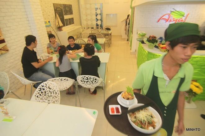 Sau một lần ăn vặt và bị đau bụng, Uyên Vy liền mở chuỗi cửa hàng ăn vặt sạch mang tên Aiya             Bài viết: http://news.zing.vn/Co-gai-xinh-xan-mo-cong-ty-tu-tuoi-13-thu-nhap-tram-trieu-post356378.html#home_cate.tinchinh             Nguồn Zing News