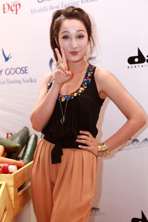 Anna Trương cũng ăn mặc rất giản dị và tạo dáng nhí nhảnh trước ống kính