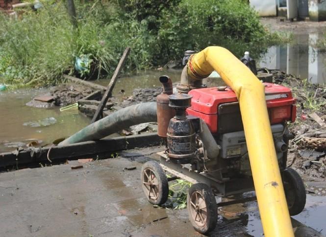 Máy bơm bơm nước ra ngoài chống ngập cho dân