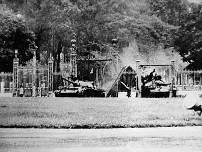 Xe tăng 390 húc đổ cổng chính Dinh Độc Lập             ngày 30-4-1975.             Ảnh: F. Demulder
